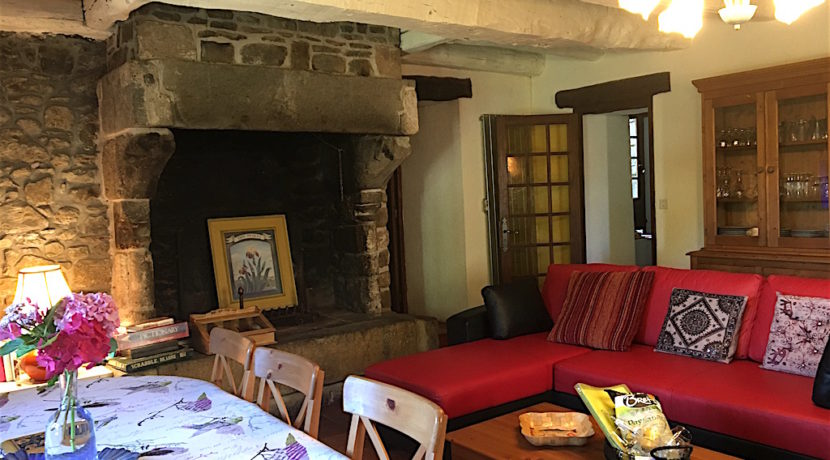 Cosy lounge with a very origanal fire place, great for those chilly evenings!