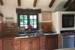 Well equipped kitchen with direct access to the back terrace with BBQ